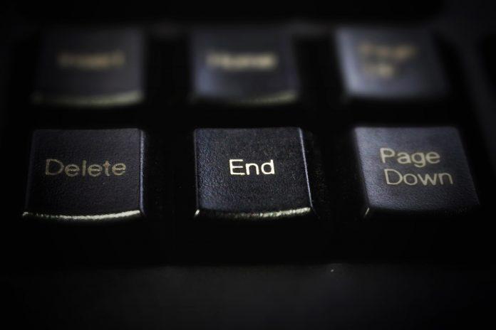 Eine schwarze Tastatur, im Fokus die Taste