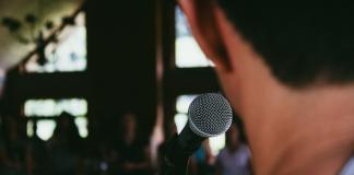 Viele Menschen haben Angst davor, eine Präsentation oder Rede zu halten. Foto: unsplash / Marcos Luiz