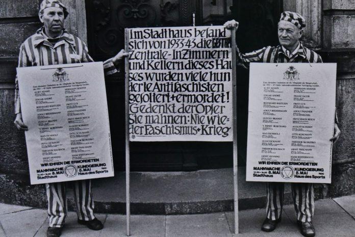 Zwei Antifaschisten demonstrieren vor den Stadthöfen, der ehemaligen Hamburger Gestapo-Zentrale