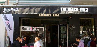 Hier kocht Hinz&Kunzt. Vor dem Restaurant Cook Up stehen Klappstühle und Bistrotische in der Sonne. Foto: Amelie Rolfs