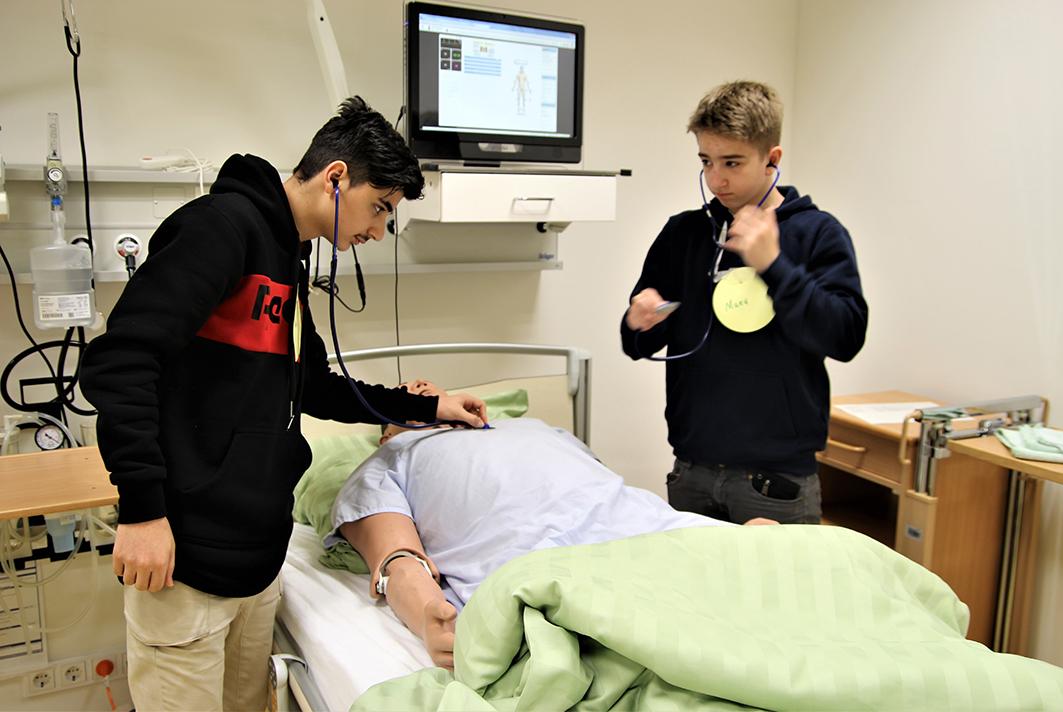 Die Jungs schauen beim Boys' Day in den Pflegeberuf rein.