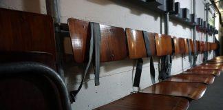 Sitzreihen im Bunker