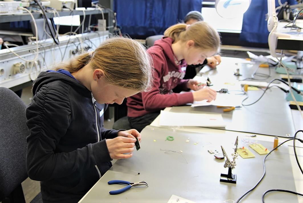 Außerdem konnten die Mädchen an der Fakultät Technik und Informatik Löten lernen.