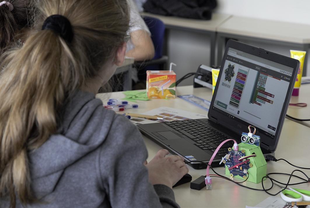 Die Mädchen programmieren beim Girls' Day an der HAW Hamburg einen Roboter.
