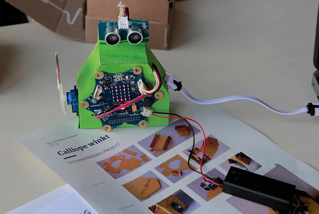 Der Roboter konnte am Ende winken und Musik spielen.
