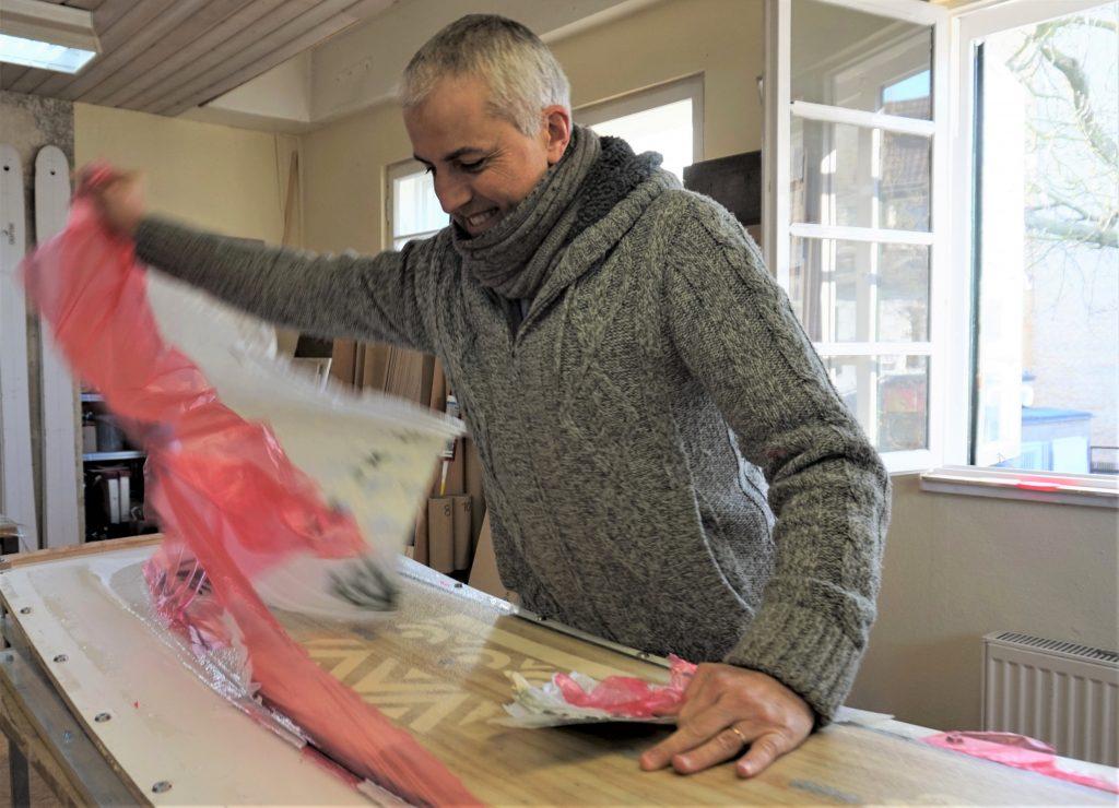 Ceril (43) ist eigentlich Ingenieur und macht in seiner Freizeit Streetart. Er ist erleichtert, dass sein Board Design gelungen ist. Foto: Hannah Lesch