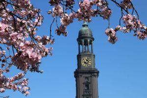 Der Kirchturm der St. Michaelis Hauptkirche in Hamburg
