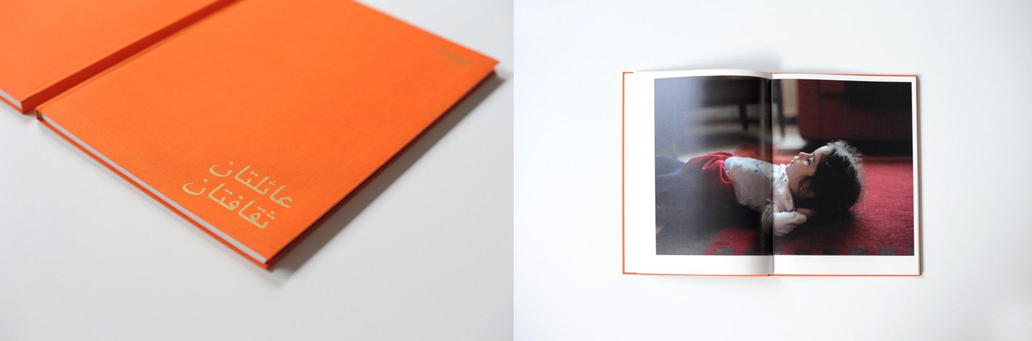 In der Ausstellung Call me #3 zu sehen: Doppelseite aus dem Buch: ein Mädchen schaut verloren an die Decke
