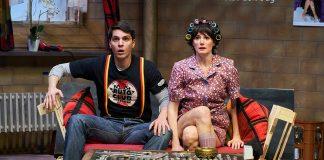 Die beiden Hauptdarsteller der Vorstellung Allens Düütsch sind auf der Bühne des Ohnsorg-Theaters. Foto: Oliver Fantitsch