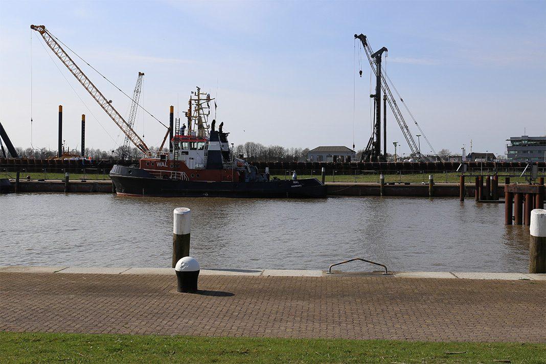An der Pier in Brunsbüttel liegt der Schlepper Wal. Er ist schwarz, braun weiß lackiert.