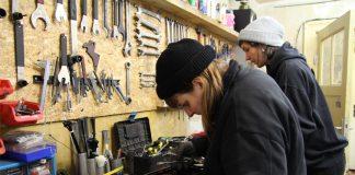 Katharina Held und Fred Polzin suchen nach dem passenden Werkzeug