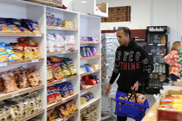 Die Seafarers Lounge als Kiosk: Im vergangenen Jahr wurden 50.000 Tafeln Schokolade verkauft. Auch Schweinekrusten-Chips und Nudelsuppen sind bei den Gästen sehr beliebt.