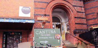 Der Eingang im Innenhof führt zur Cantina Fux & Ganz.