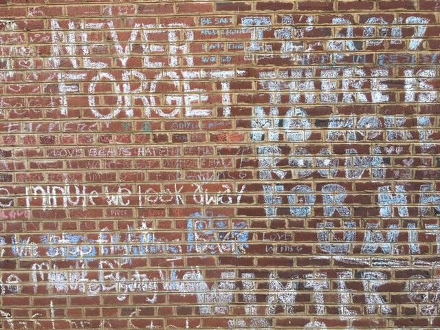 In dieser Straße starb Heather Heyer (32) während der Demonstrationen im August. Besucher aus aller Welt hinterlassen Nachrichten und Mahnungen an den Wänden. Foto: Hannah Lesch