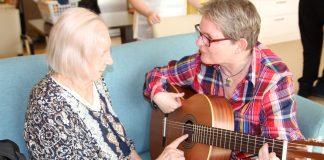 Demenz-Patientin spielt Gitarre bei der Musikpatin Susanne Buse.