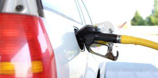Ein Auto tankt. Das Dieselfahrverbot kommt vielleicht noch im Mai.