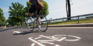 Hamburg möchte Fahrradstadt werden: Auf der westlichen Alsterseite wurde der Harvestehuder Weg zu einer Fahrradstraße umgebaut. Dort haben die Radfahrenden offiziell Vorrang.