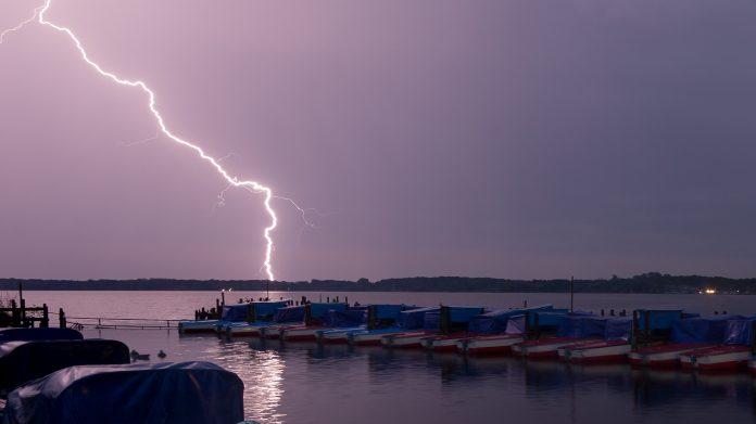 Ein Blitz entlädt sich am Zwischenahner Meer in Niedersachsen
