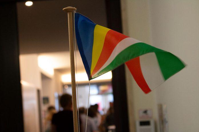 Fahne der Seychellen vor Konsulat