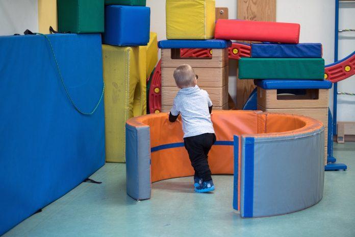 Hamburger Eltern zahlen zwischen 0,7 und 7,6 Prozent des Nettoeinkommens für Kinderbetreuung. Foto: Ralf Hirschberger/dpa