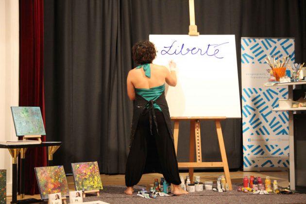 Kunstperformance auf der Bühne