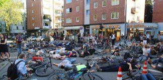 Fahrradfahrer halten Mahnwache in Eimsbüttel ab