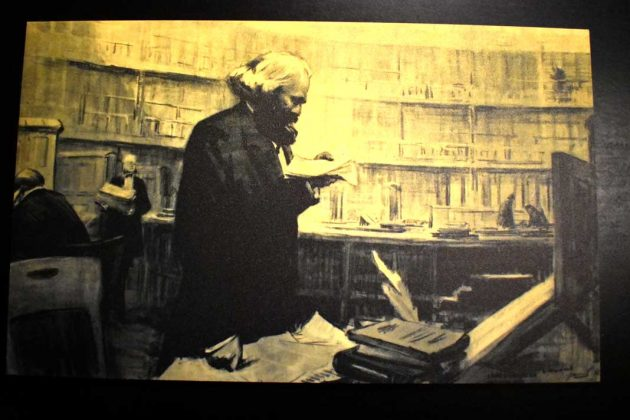 Karl Marx in einem Lesesaal.