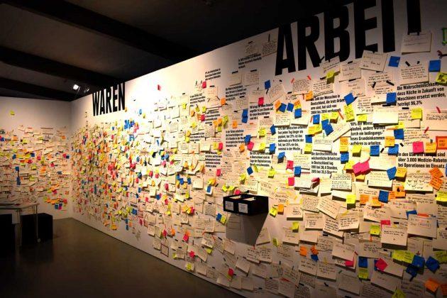 Viele Klebezettel an einer Wand.