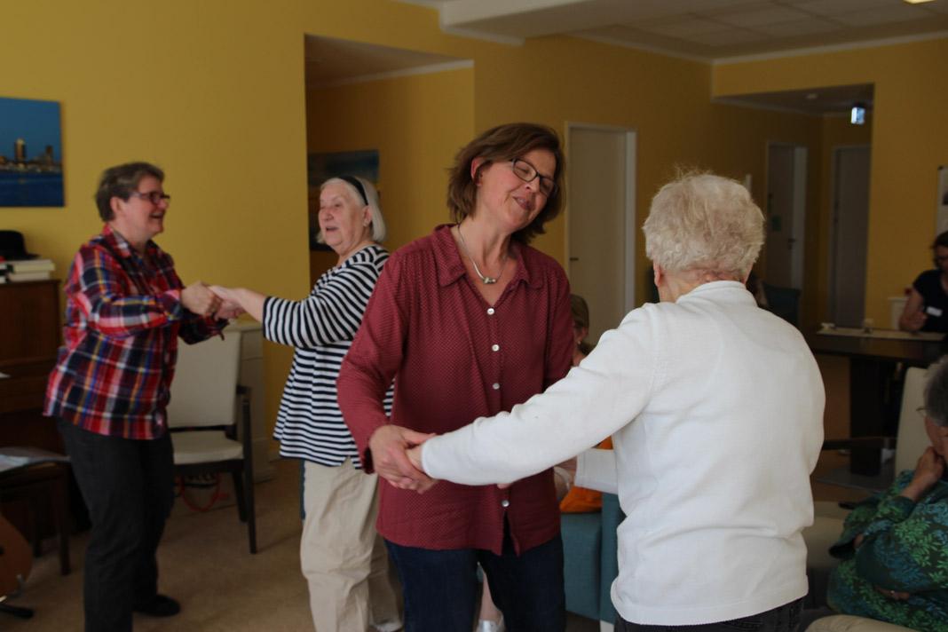 Die Musikpatinnen tanzen mit den Demenz-Patienten.