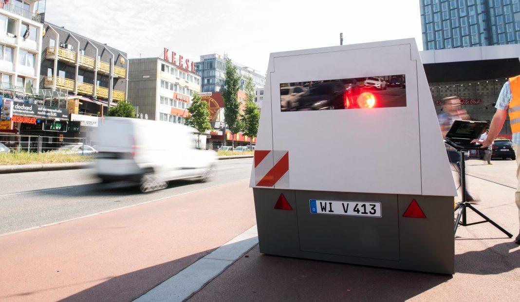 Blitzer-Anhänger auf einer Straße in Hamburg