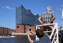 Touristen fotografieren die Elbphilharmonie. Foto: Lennart Albrecht