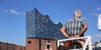 Touristen fotografieren die Elbphilharmonie. Es gibt aber auch alternative Tourispots. Foto: Lennart Albrecht