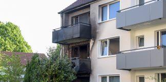 Bei einem Wohnungsbrand in Jenfeld wurden 14 Menschen verletzt. Ein Mann ist im Krankenhaus gestorben. Foto: Axel Heimken/dpa