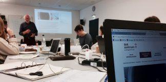 Seminar mit Tischen und Unterlagen darauf zur Arbeitsmedizin.