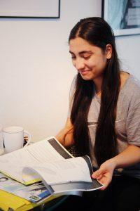 Auf dem Bild sieht man eine Besucherin des Mädchentreff Kirchdorf Süd. Sie lernt für eine Klausur. Foto: Luisa Höppner