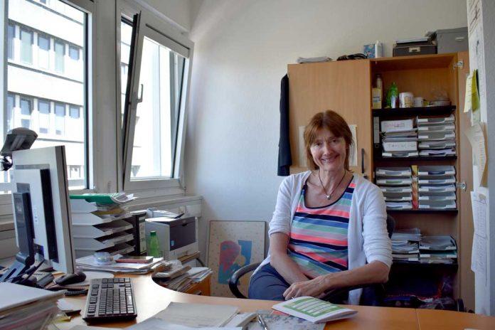 Leiterin der Projektwoche am Schreibtisch im Büro