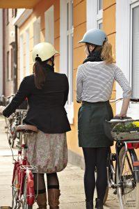 Unter diesem Helm finden auch Zöpfe und Dutts Platz. Foto: Radkappe.de