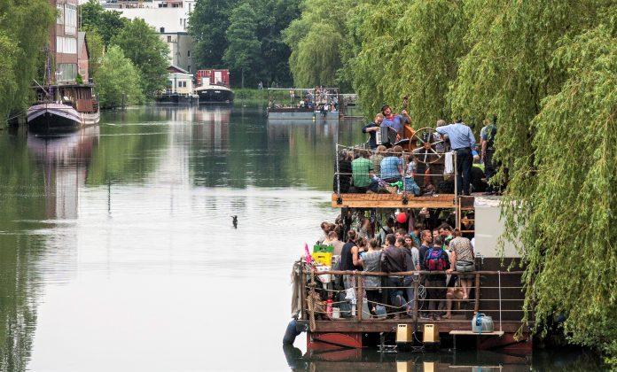 Bei 48h Wilhelmsburg gibt es auch Musik auf dem Kulturfloß Schaluppe. Foto: Jan Linnemann