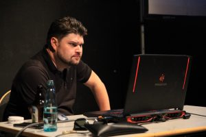 Ari Pulkkinen sitzt konzentriert vor seinem Laptop.