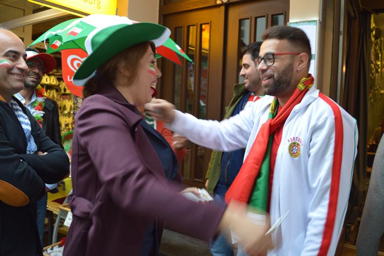 Die iranischen Fans werden herzlich im Portugiesenviertel aufgenommen.