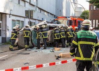Unfall an der Hamburger Meile: Aus zirka 15 Metern stürzte der 88-jährige Fahrer mit seinem Auto auf die Bostelreihe. Zur Bergung der Leiche mussten die Rettungskräfte das Fahrzug zunächst aufrichten.