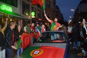 Portugiesische Flaggen auf der Motorhaube und an den Fenstern zeigen den Stolz der Fans.