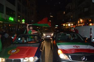 Auch die iranischen Fans feiern das Unentschieden gemeinsam mit den Portugiesen.