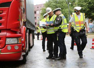 Polizisten kontrollieren in der Plöner Straße einen Lastwagenfahrer auf die Einhaltung des Dieselfahrverbotes