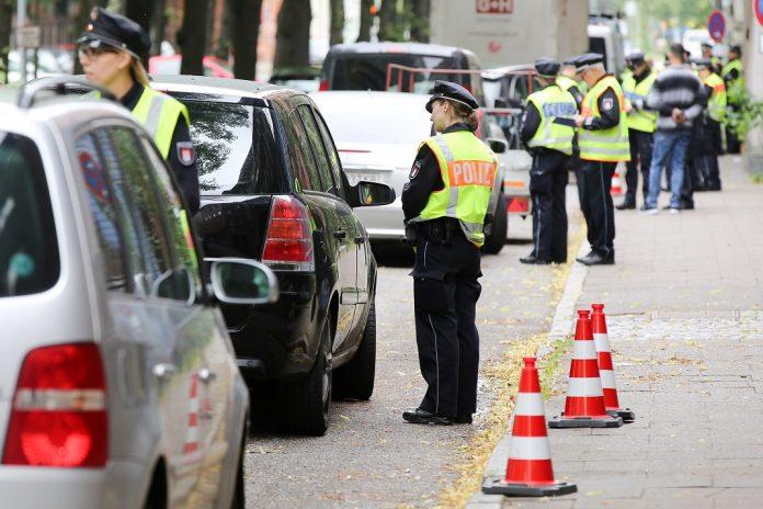 Dieselkontrollen von Polizisten in der Max-Brauer-Allee im Bezirk Altona. Foto: Bodo Marks/dpa