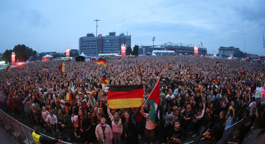 Fans auf dem Heiligengeistfeld