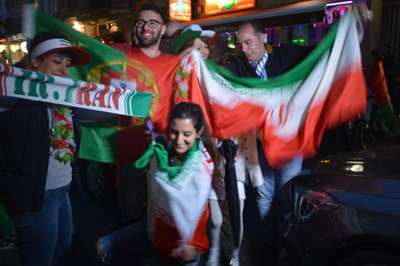 Iranische und portugiesische Fans feiern gemeinsam das Portugal-Spiel.