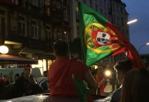 Portugiesische Flaggen so weit das Auge reicht.