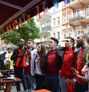Zur Hymne stehen die Fans auf und singen mit.