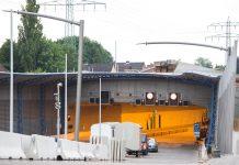 Blick auf die Zufahrt des Tunnels mit dem Lärmschutzdeckel über der A 7 in Hamburg-Schnelsen.